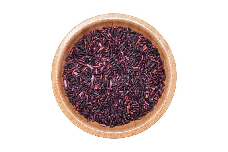 Ταϊλανδικό μαύρο jasmine ρύζι ή μούρο ρυζιού στο ξύλινο κύπελλο που απομονώνεται επάνω στοκ φωτογραφίες