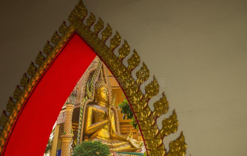 Ταϊλανδικό παράθυρο παράδοσης με το μεγάλο άγαλμα του Βούδα στοκ φωτογραφία