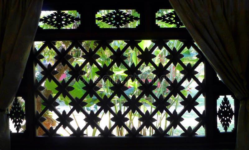 Ταϊλανδικό παράθυρο σπιτιών, άποψη κήπων στοκ φωτογραφία με δικαίωμα ελεύθερης χρήσης