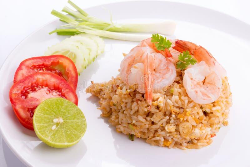Ταϊλανδικό πιάτο τηγανισμένου του γαρίδες ρυζιού που παρουσιάζεται σε ένα άσπρο πιάτο στοκ εικόνα με δικαίωμα ελεύθερης χρήσης