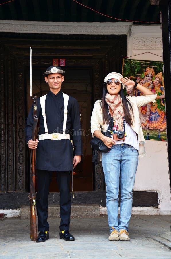 Ταϊλανδικό πορτρέτο γυναικών με τη νεπαλική οπλισμένη στρατιώτες αστυνομία σε Hanuman Dhoka στοκ εικόνες με δικαίωμα ελεύθερης χρήσης