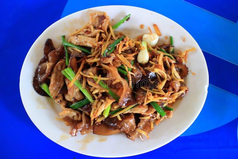 Ταϊλανδικό τηγανισμένο τρόφιμα χοιρινό κρέας με την πιπερόριζα στοκ φωτογραφία με δικαίωμα ελεύθερης χρήσης