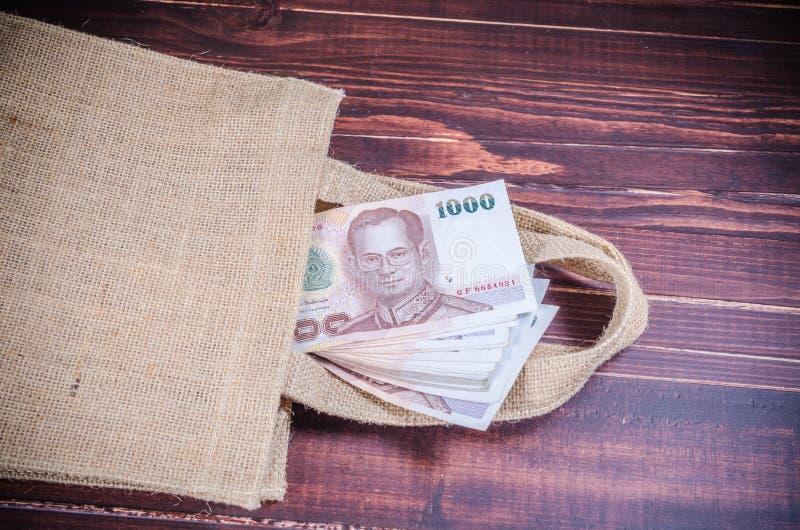 Ταϊλανδικό τραπεζογραμμάτιο στην τσάντα σάκων στοκ φωτογραφία με δικαίωμα ελεύθερης χρήσης