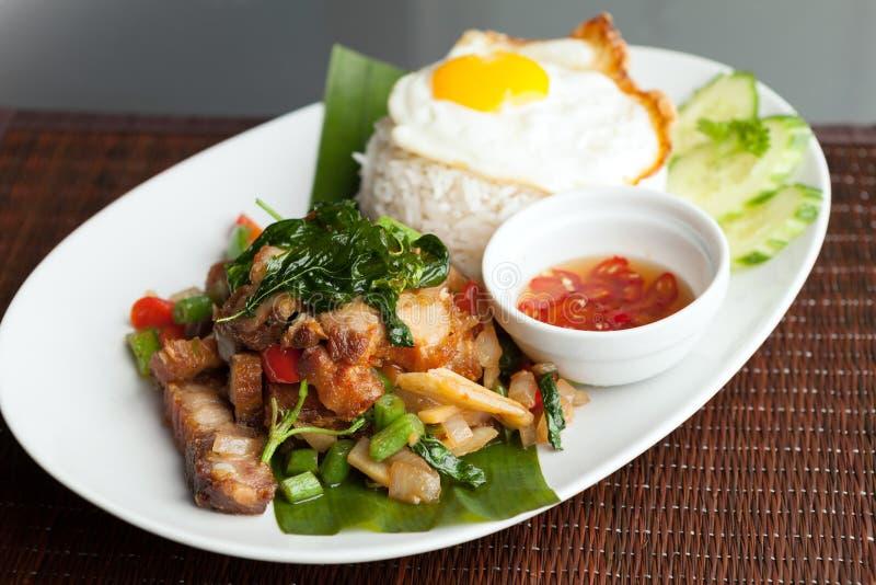 Ταϊλανδικό τριζάτο χοιρινό κρέας με το τηγανισμένο αυγό στοκ φωτογραφίες με δικαίωμα ελεύθερης χρήσης
