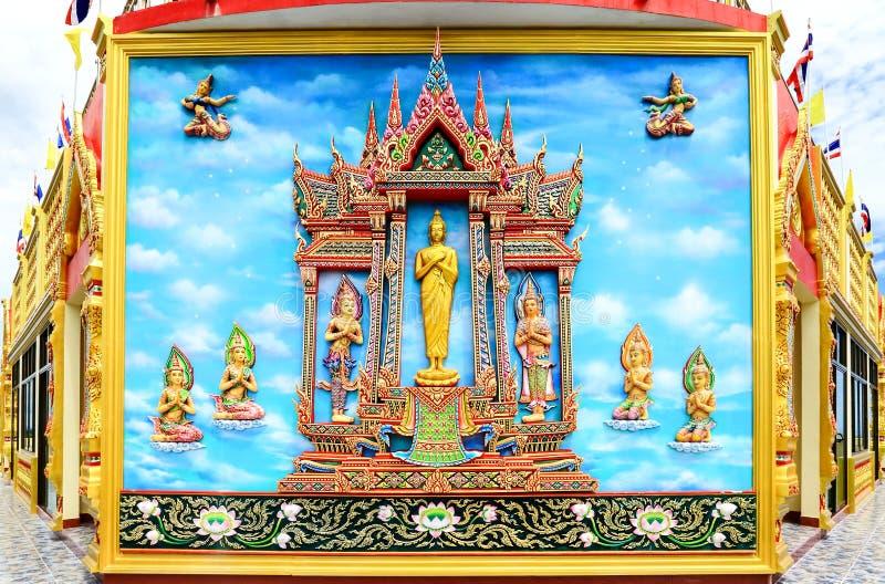 Ταϊλανδικό ύφος τοιχογραφιών και γλυπτών στον τοίχο βουδιστικά temp στοκ φωτογραφία με δικαίωμα ελεύθερης χρήσης