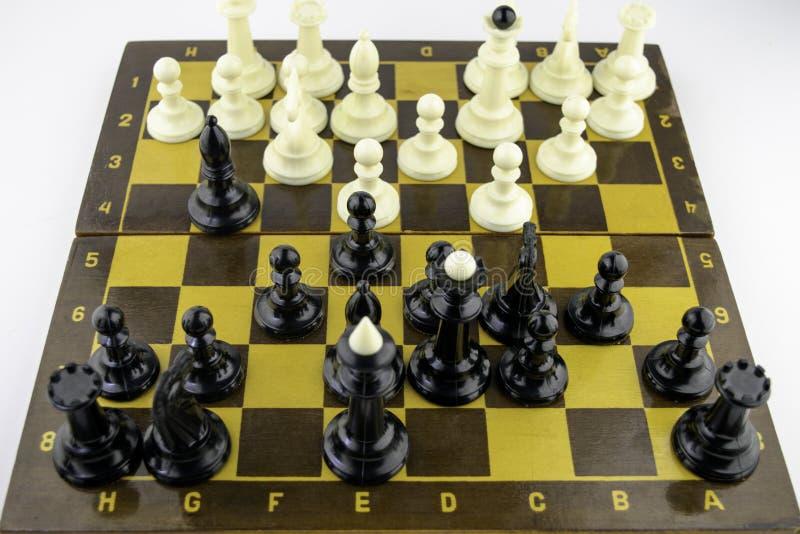 Τα άσπρα κομμάτια σκακιού στέκονται σε μια σκακιέρα κατά τη διάρκεια ενός παιχνιδιού του σκακιού, τοπ άποψη στοκ εικόνες