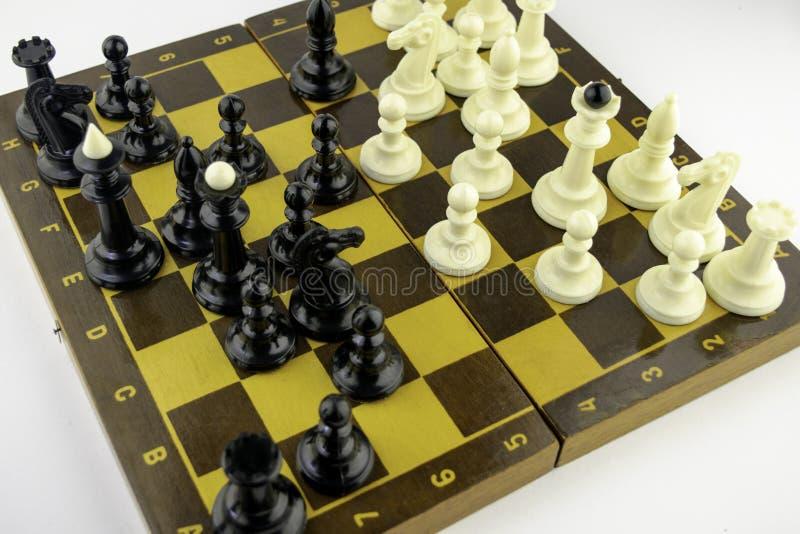 Τα άσπρα κομμάτια σκακιού στέκονται σε μια σκακιέρα κατά τη διάρκεια ενός παιχνιδιού του σκακιού, τοπ άποψη στοκ εικόνες με δικαίωμα ελεύθερης χρήσης