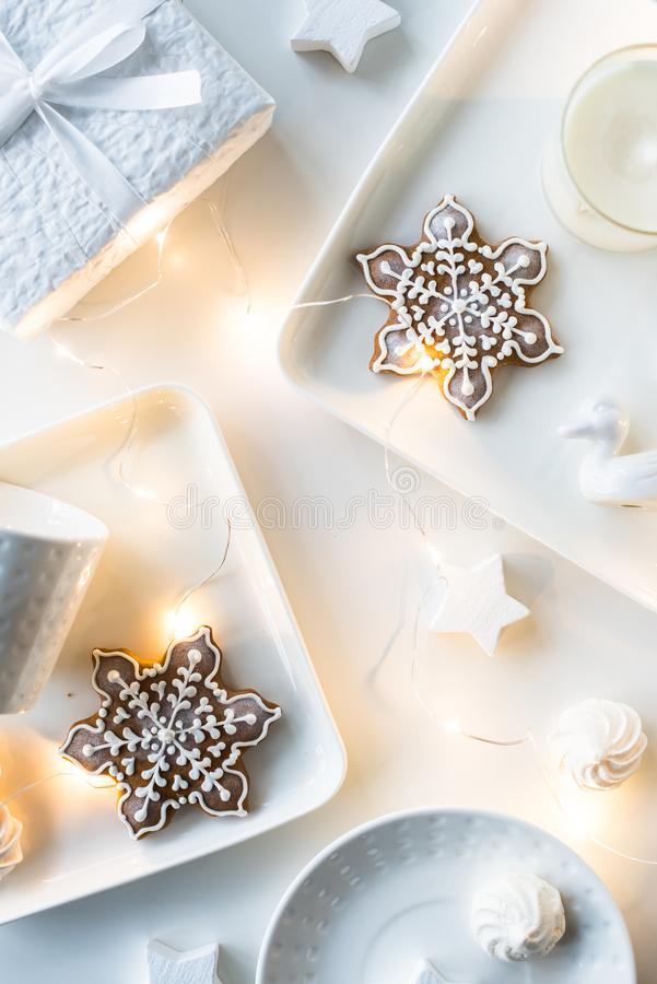 Τα άσπρες δώρα και οι διακοσμήσεις Χριστουγέννων, παρουσιάζουν και γλυκά, holi στοκ φωτογραφίες