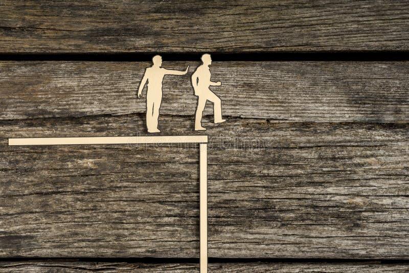 Τα άτομα διακοπής σκιαγραφιών που στέκονται το ένα δίπλα στο άλλο ως ένα ωθούν στοκ εικόνα με δικαίωμα ελεύθερης χρήσης