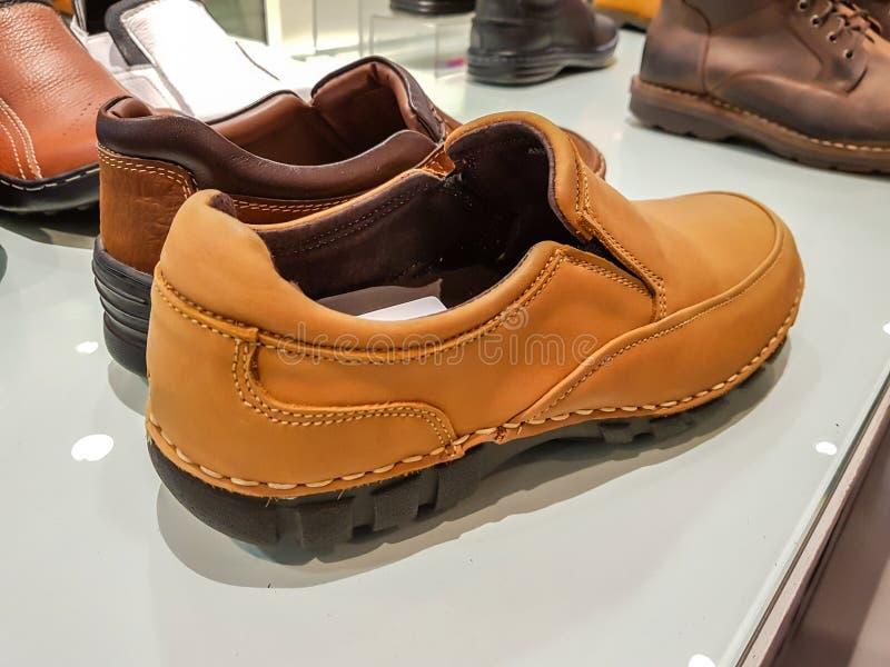 Τα άτομα διαμορφώνουν τα παπούτσια δέρματος στο κατάστημα στοκ εικόνες