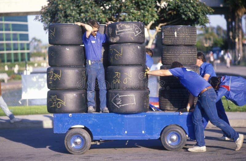 Τα άτομα κινούν ένα κάρρο που φορτώνεται με τις ρόδες ραλιών στη φυλή Grand Prix της Toyota στην παγκόσμια σειρά αυτοκινήτων Indy στοκ φωτογραφίες