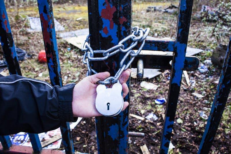Τα άτομα κρατούν ένα ντουλάπι πυλών, που προσπαθεί να μπούν στοκ εικόνα με δικαίωμα ελεύθερης χρήσης