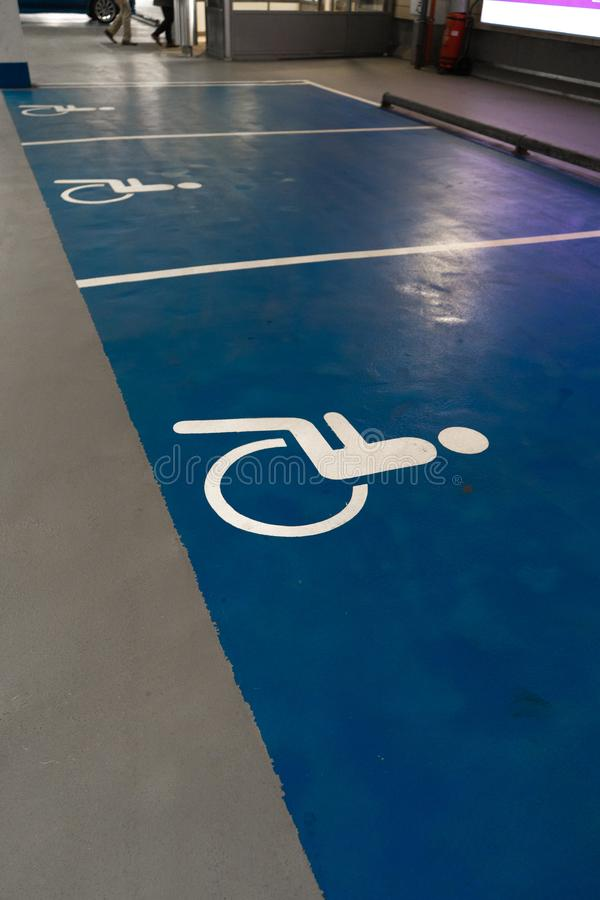 Τα άτομα με ειδικές ανάγκες υπογράφουν - ελεύθερο κενό διάστημα χώρων στάθμευσης σε έναν πολυ υπαίθριο σταθμό αυτοκινήτων ιστορία στοκ εικόνες με δικαίωμα ελεύθερης χρήσης