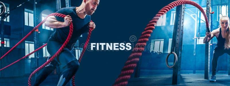 Τα άτομα με το σχοινί μάχης μάχονται την άσκηση σχοινιών στη γυμναστική ικανότητας στοκ εικόνες με δικαίωμα ελεύθερης χρήσης