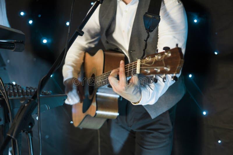 Τα άτομα παίζουν την κιθάρα στη συναυλία στοκ εικόνα με δικαίωμα ελεύθερης χρήσης