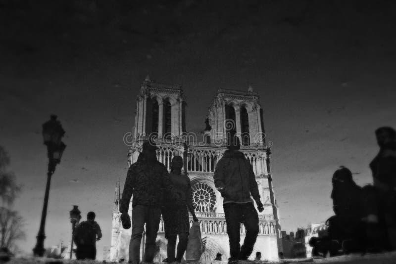 Τα άτομα περπατούν μπροστά από τη Παναγία των Παρισίων - ΚΑΘΕΔΡΙΚΟΣ ΝΑ στοκ φωτογραφίες