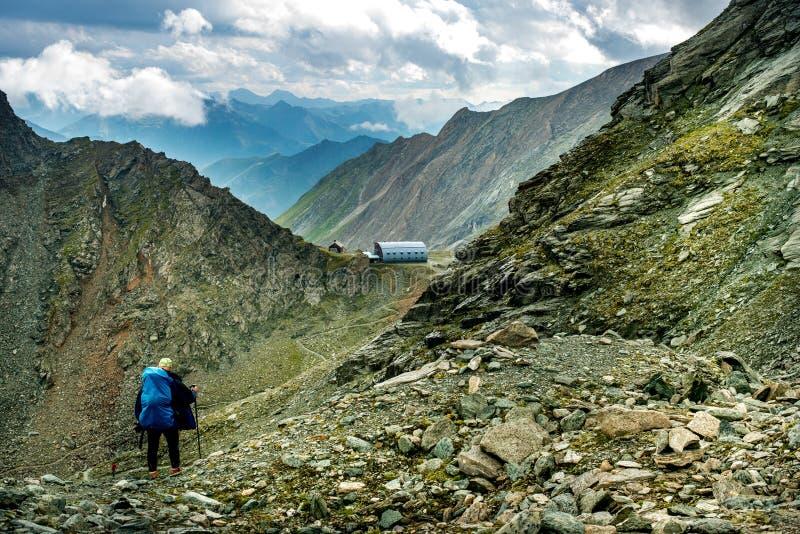 Τα άτομα περπατούν σε έναν δρόμο στο καταφύγιο Studlhutte Grossglockner στοκ φωτογραφίες με δικαίωμα ελεύθερης χρήσης