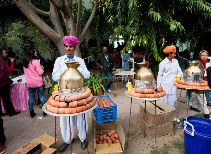 Τα άτομα στα παραδοσιακά φορέματα του Rajasthan προετοιμάζουν το masala τσαγιού στοκ εικόνες