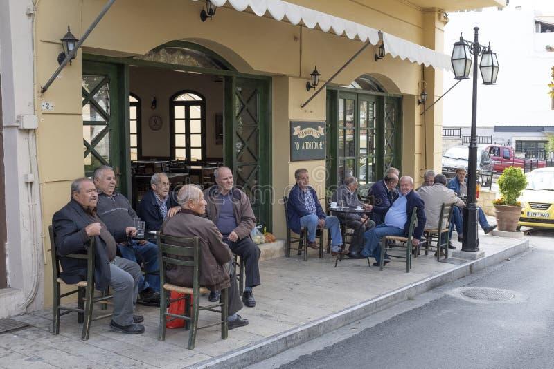 Τα άτομα συλλέγουν για τον καθημερινό καφέ τους στην πόλη Archanes, Ελλάδα στοκ φωτογραφίες με δικαίωμα ελεύθερης χρήσης