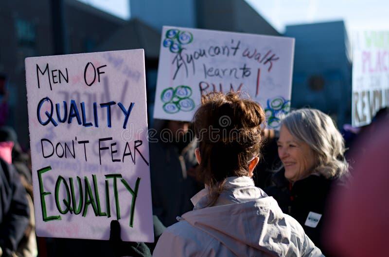 Τα άτομα της ποιότητας φορούν την ισότητα φόβου ` τ στοκ εικόνα
