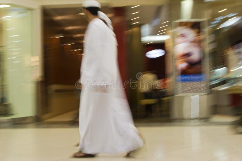 Τα άτομα του Ντουμπάι Ε.Α.Ε. δύο έντυσαν παραδοσιακά στα dishdashs και τις άσπρες τηβέννους gutras και headdresses. στοκ εικόνες