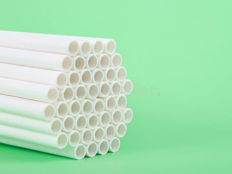 Τα άχυρα εγγράφου συγκεντρώθηκαν μαζί στο πράσινο υπόβαθρο στοκ φωτογραφία με δικαίωμα ελεύθερης χρήσης