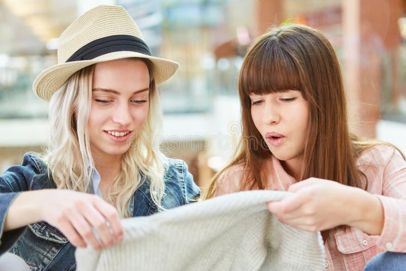 Τα έφηβη θαυμάζω στην αγορά των πουλόβερ στοκ εικόνα