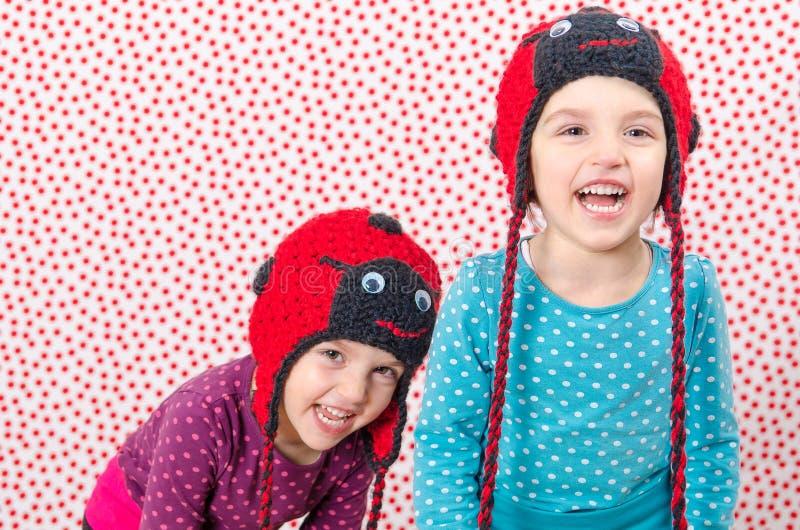 Τα δίδυμα κορίτσια χαμογελούν στη κάμερα και είναι ευτυχή Λίγο chi στοκ φωτογραφία με δικαίωμα ελεύθερης χρήσης