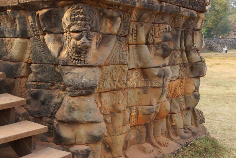 Τα αγάλματα Garuda διακοσμούν τους τοίχους στοκ φωτογραφία με δικαίωμα ελεύθερης χρήσης