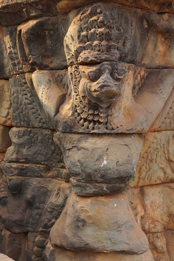 Τα αγάλματα Garuda διακοσμούν τους τοίχους στοκ εικόνες