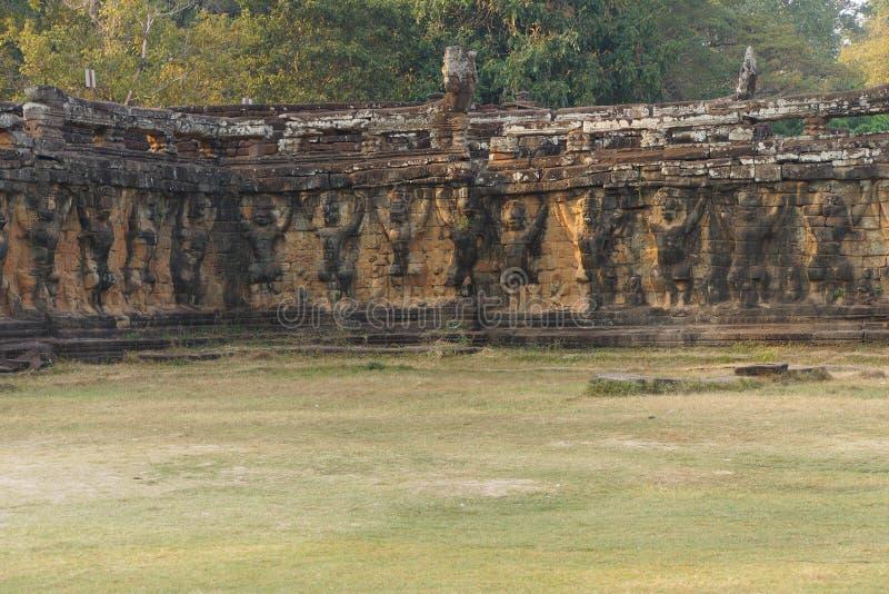 Τα αγάλματα Garuda διακοσμούν τους τοίχους στοκ φωτογραφία