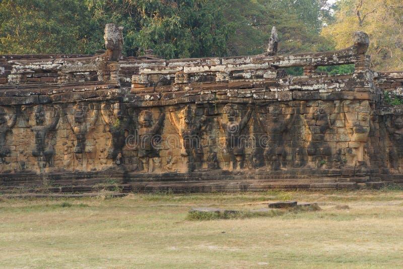 Τα αγάλματα Garuda διακοσμούν τους τοίχους στοκ εικόνα με δικαίωμα ελεύθερης χρήσης