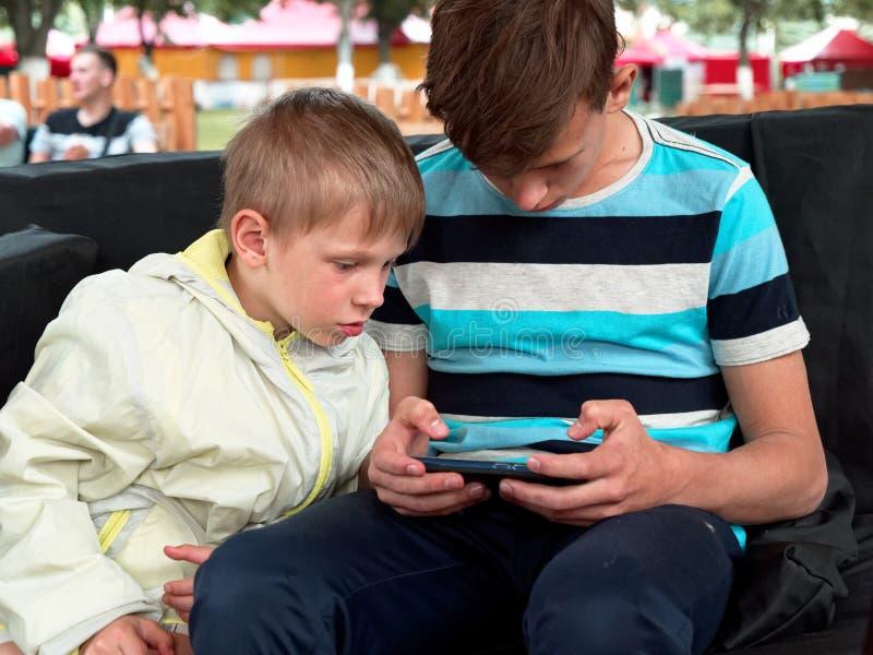 Τα αγόρια παίζουν ένα παιχνίδι στο τηλέφωνο στοκ φωτογραφία με δικαίωμα ελεύθερης χρήσης