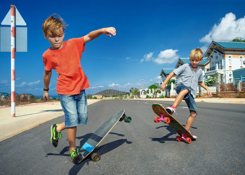 Τα αγόρια στο longboard κάνουν πατινάζ στοκ φωτογραφία με δικαίωμα ελεύθερης χρήσης