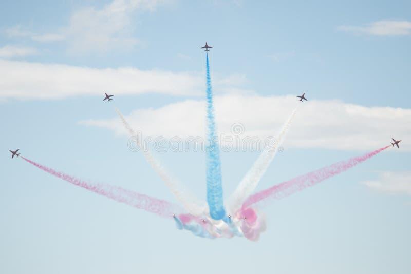 Τα αεριωθούμενα αεροπλάνα T1 γερακιών στον αέρα παρουσιάζουν στοκ φωτογραφία