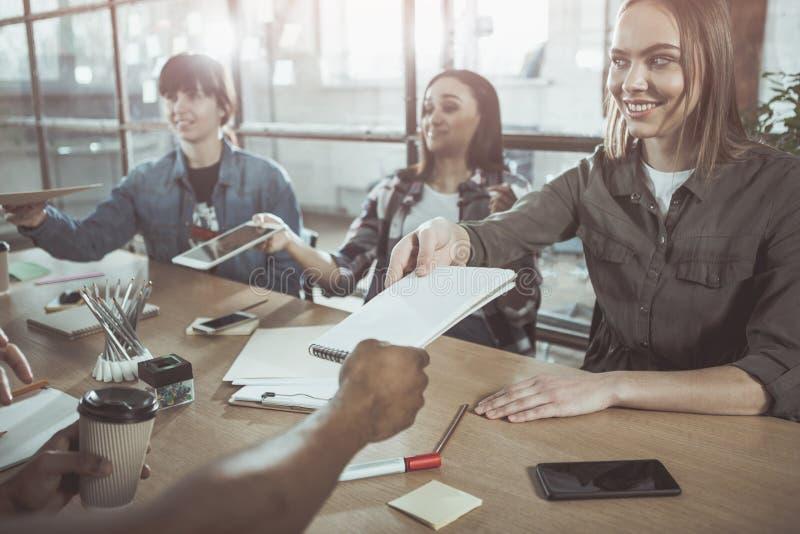 Τα αισιόδοξα θηλυκά απασχολούνται στο γραφείο από κοινού στοκ φωτογραφία με δικαίωμα ελεύθερης χρήσης