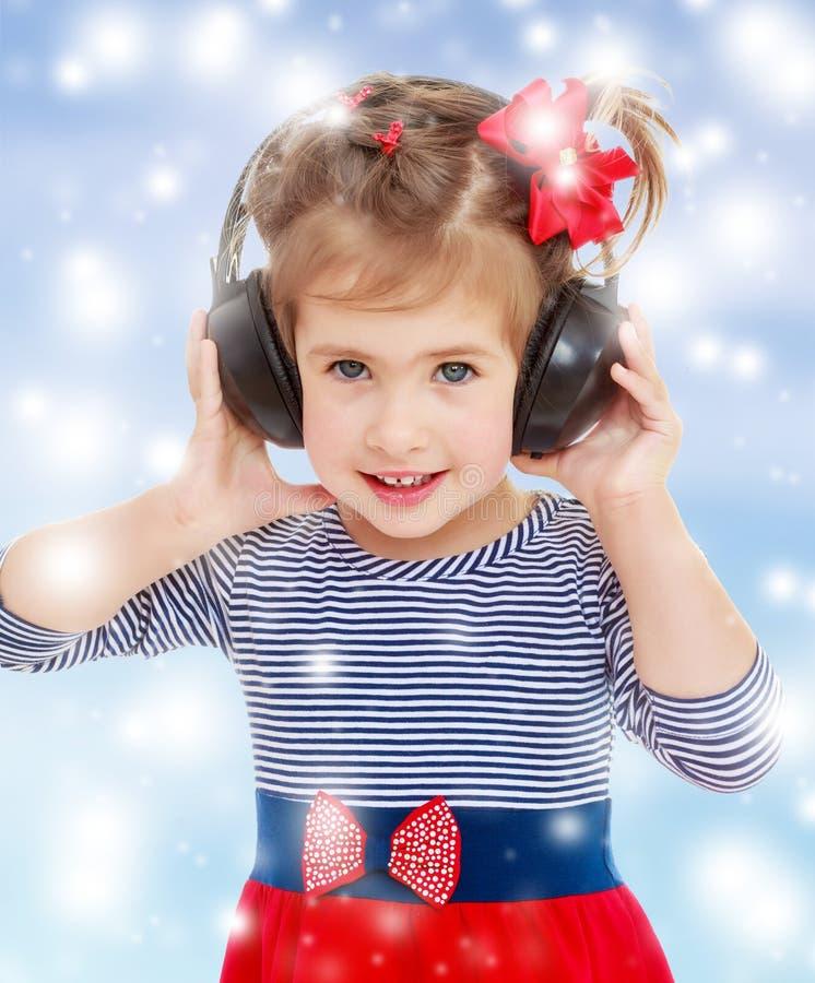 τα ακουστικά κοριτσιών α στοκ φωτογραφία με δικαίωμα ελεύθερης χρήσης