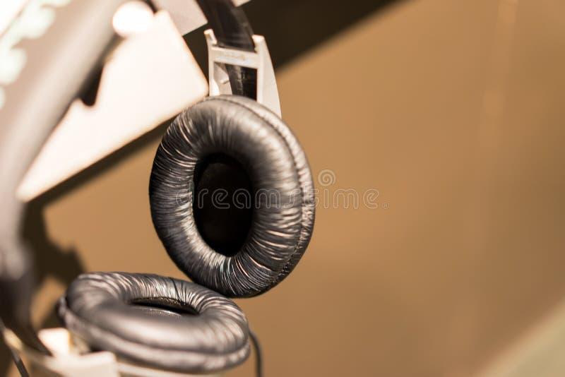 Τα ακουστικά με τύλιξαν στη κλασική μουσική στοκ φωτογραφία