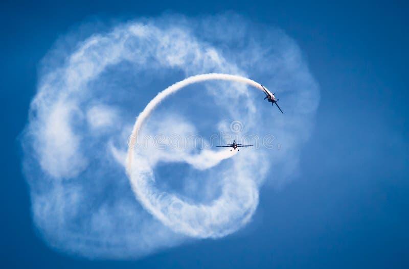 Τα ακροβατικά αεροπλάνα πετούν σε έναν σχηματισμό καθρεφτών στοκ εικόνες