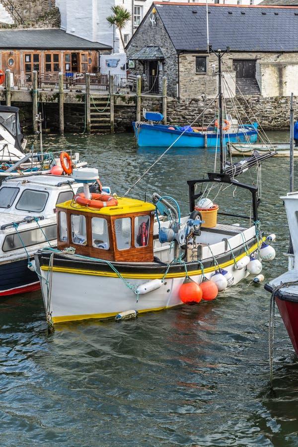 Τα αλιευτικά σκάφη έδεσαν στο ιστορικό λιμάνι σε Polperro στην Κορνουάλλη, UK στοκ φωτογραφίες
