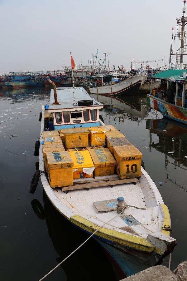 Τα αλιευτικά σκάφη έδεσαν στο λιμάνι λιμένων, αλιευτικό σκάφος της Ινδονησίας που ελλιμενίστηκε στο λιμάνι και τη βάρκα θάλασσας  στοκ φωτογραφία