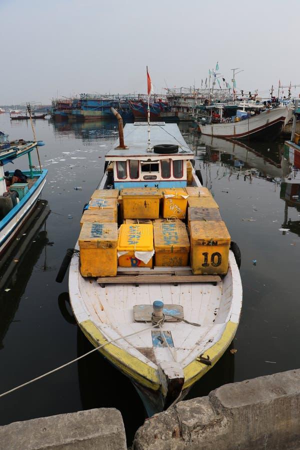 Τα αλιευτικά σκάφη έδεσαν στο λιμάνι λιμένων, αλιευτικό σκάφος της Ινδονησίας που ελλιμενίστηκε στο λιμάνι και τη βάρκα θάλασσας  στοκ φωτογραφία με δικαίωμα ελεύθερης χρήσης
