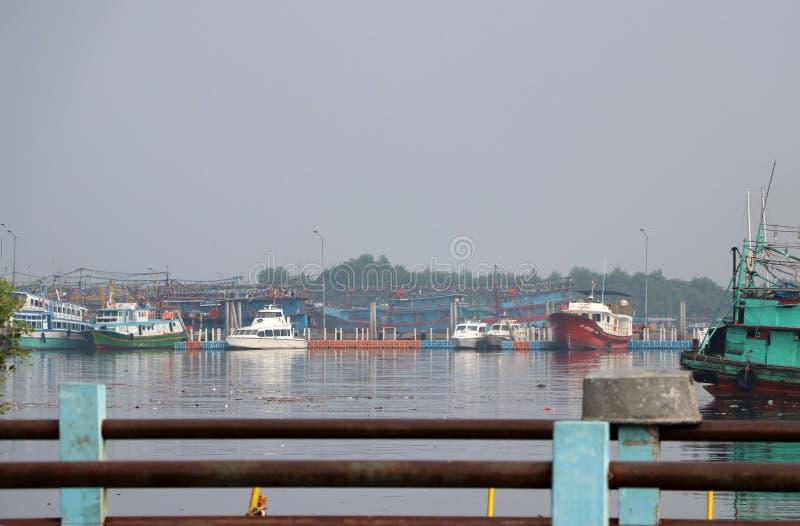 Τα αλιευτικά σκάφη έδεσαν στο λιμάνι λιμένων, αλιευτικό σκάφος της Ινδονησίας που ελλιμενίστηκε στο λιμάνι και τη βάρκα θάλασσας  στοκ εικόνα με δικαίωμα ελεύθερης χρήσης