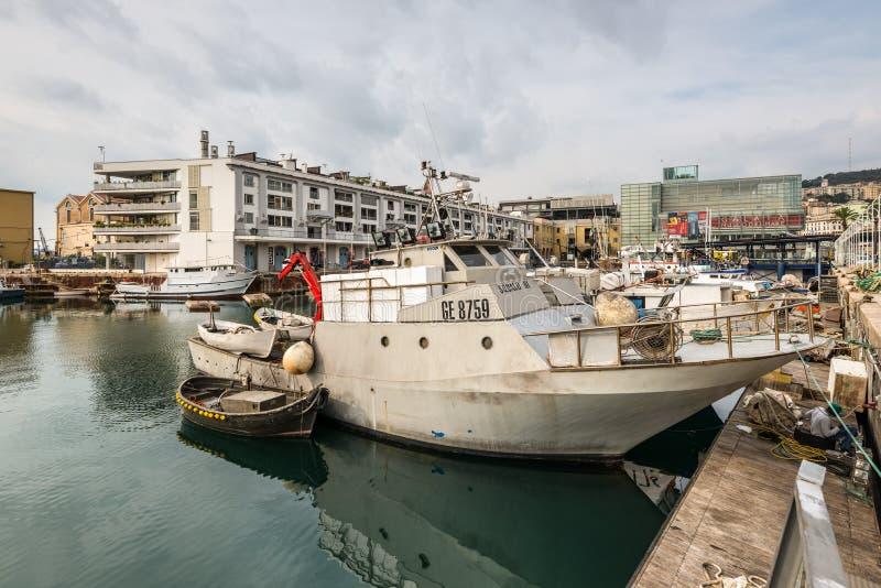 Τα αλιευτικά σκάφη έδεσαν στο λιμένα της Γένοβας, Λιγυρία, μεσογειακή ακτή, Ιταλία σε νεφελώδη στοκ φωτογραφία