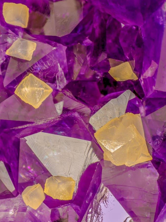 Τα αμεθύστινα κρύσταλλα με κίτρινο calcite κυβίζουν την υψηλή μακρο εικόνα ενίσχυσης στοκ εικόνα