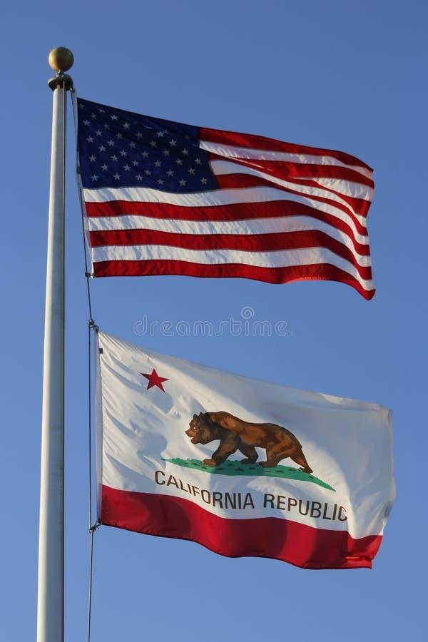 Τα αμερικανικά αστέρια και τα λωρίδες και η σημαία Καλιφόρνιας στοκ εικόνα