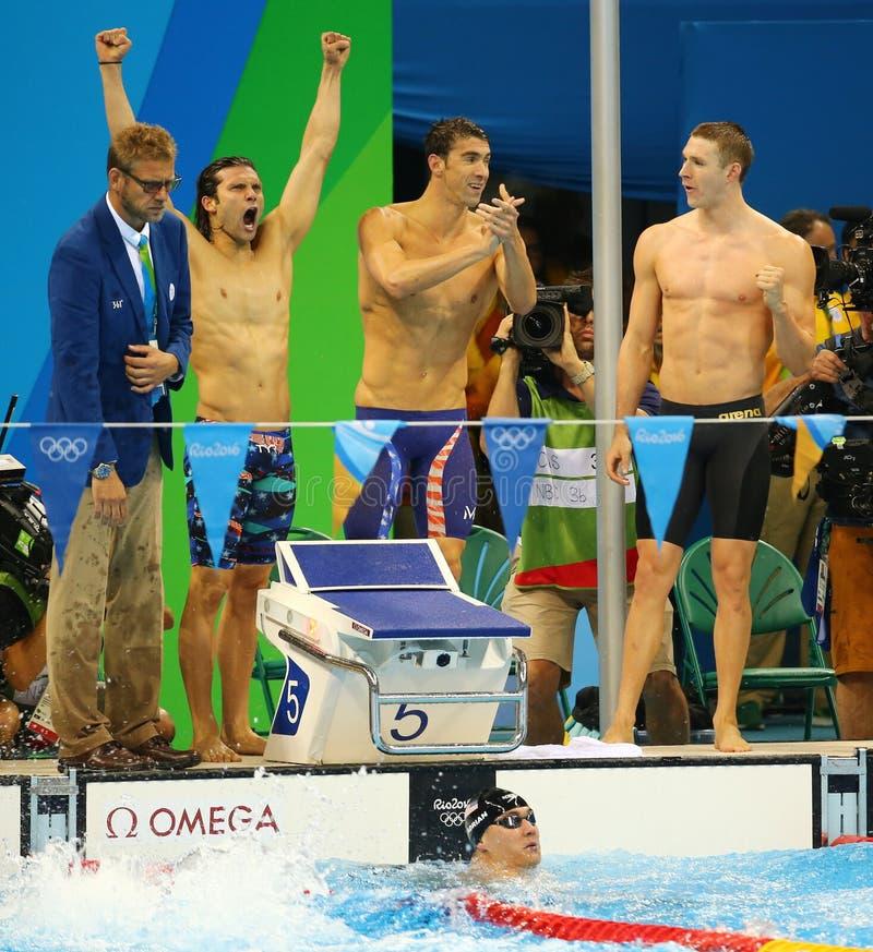 Τα ΑΜΕΡΙΚΑΝΙΚΑ άτομα ` s 4x100m ομάδα ηλεκτρονόμων σύμφυρματος Cory Μίλερ Λ, Michael Phelps, Ryan Murphy και Nathan Adrian στη λί στοκ εικόνα με δικαίωμα ελεύθερης χρήσης