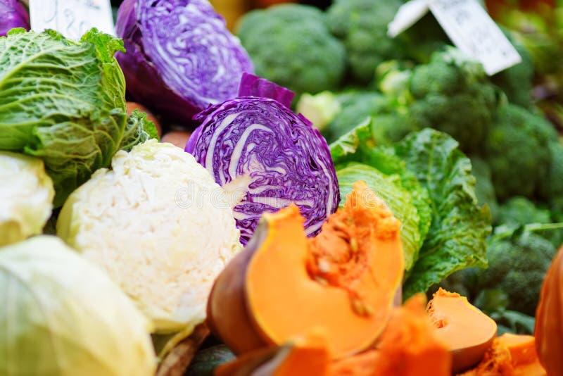 Τα ανάμεικτες οργανικές λαχανικά και η πρασινάδα πώλησαν σε μια αγορά στη Γένοβα, Ιταλία στοκ εικόνες