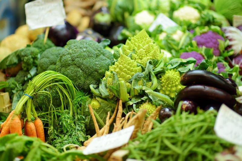 Τα ανάμεικτες οργανικές λαχανικά και η πρασινάδα πώλησαν σε μια αγορά στη Γένοβα, Ιταλία στοκ εικόνες με δικαίωμα ελεύθερης χρήσης