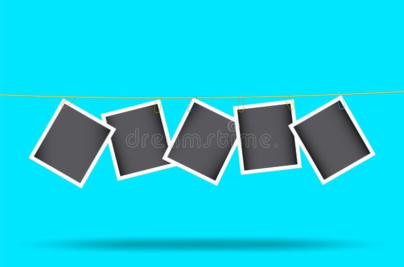 Τα αναδρομικά πλαίσια φωτογραφιών κρεμούν συνημμένος paperclip σε ένα σχοινί απαγορευμένα Πρότυπο Διανυσματική απεικόνιση που απο απεικόνιση αποθεμάτων